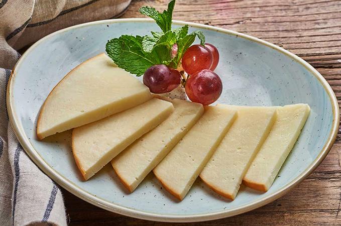 Ломтики сыра Сулгуни