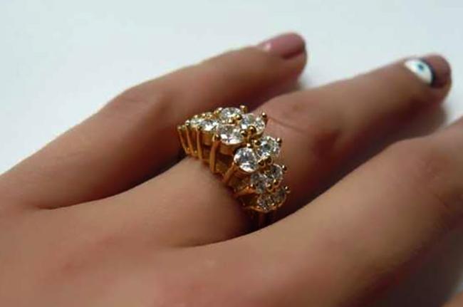 Золотое кольцо на руке