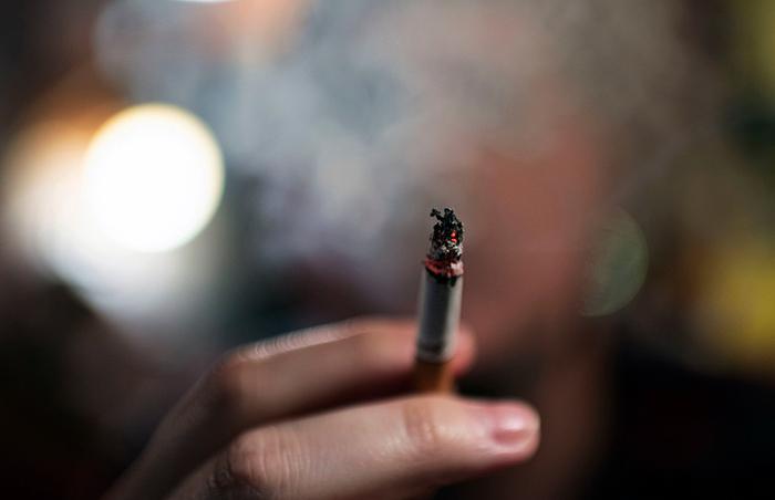 Курение сигареты