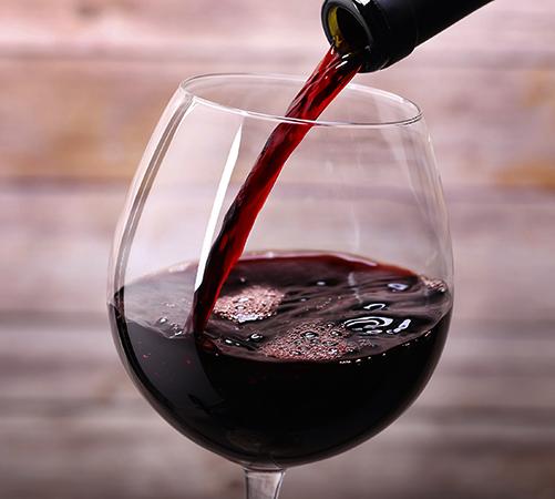 Свежее красное вино