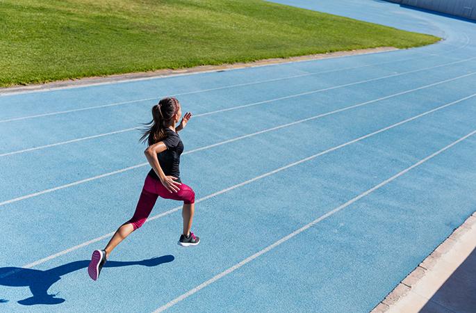 Девушка бежит спринт